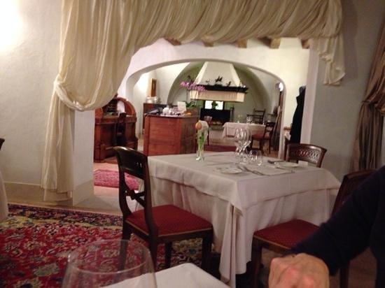 Antica Locanda Cappello : alcuni tavoli vicini al camino
