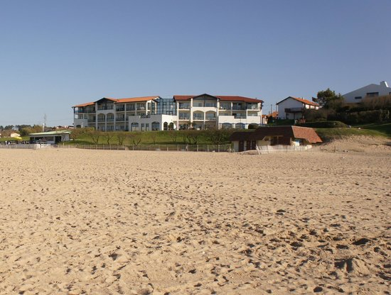 Hôtel La Frégate Vacanciel : вид на отель с пляжа / hotel view from the beach