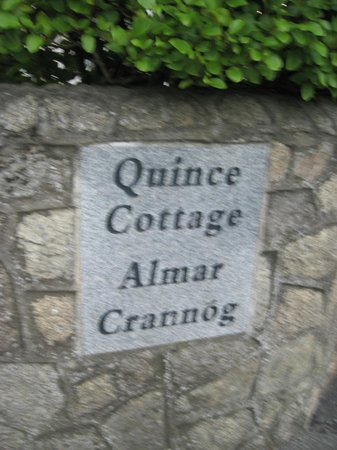 Quince Cottage: Guesthouse sign