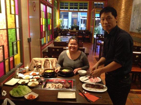 Korean Restaurant: De chef helpt graag mee met serveren.