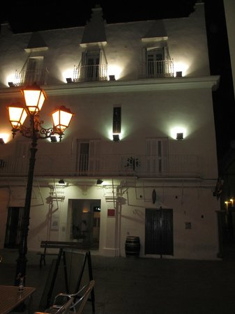 La Casa de la Favorita: Front of hotel at night