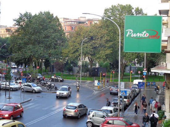 Bed Breakfast and Cappuccino - Kosher B&B Roma: Vue de la fenêtre vers la Piazza Bologna