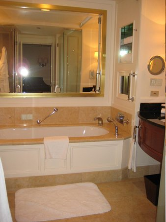 The Peninsula Chicago: Bathroom