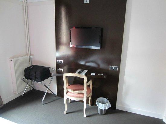 Hotel des Bains: Desk and TV area