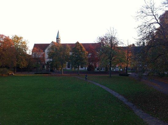 Hotel Klosterpforte: der Klosterhof - Blick auf die Kirche