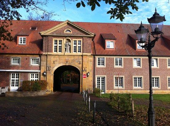 Hotel-Residence Klosterpforte: Klosterstübchen (links) und Tagungstrakt (rechts)