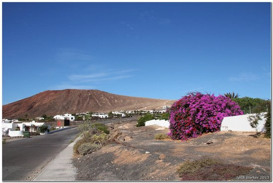 Volcán Montaña Roja: Turn left at the HL Paradise Island hotel and follow the road towards the volcano