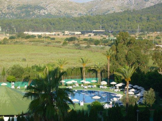 Eix Lagotel: Paysage derrière les piscines de l'hôtel