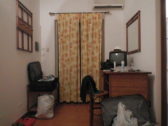 Agriturismo Ruralia: Die Eingangstür ist gleichzeitig einziges Fenster des Raumes.