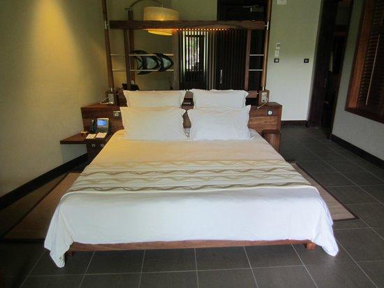 Trou aux Biches Beachcomber Golf Resort & Spa: Big comfortable bed