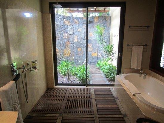 Trou aux Biches Beachcomber Golf Resort & Spa: Shower and bathtub