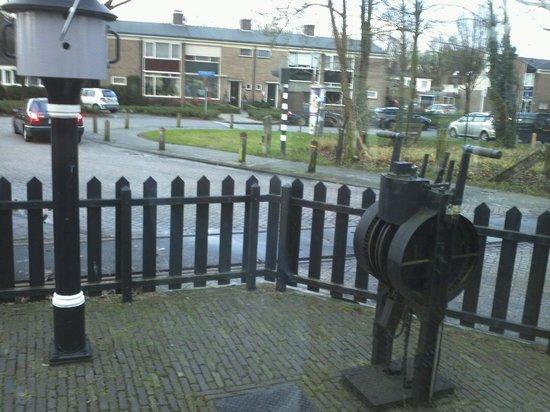 Museum Buurtspoorweg: Overweg Boekelosestraat. Hand bediening voor de slagbomen.