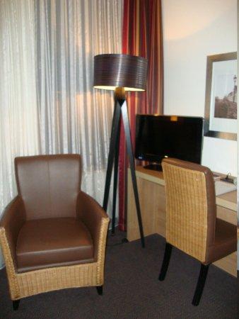 ACHAT Premium Munchen-Sud: Desk and tv