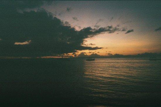 Tropical Sunset Beach Apartment Hotel: Sunswept Beach Hotel - sunset