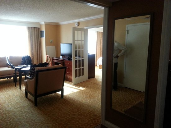 Falls Church Marriott Fairview Park: living room of room 362