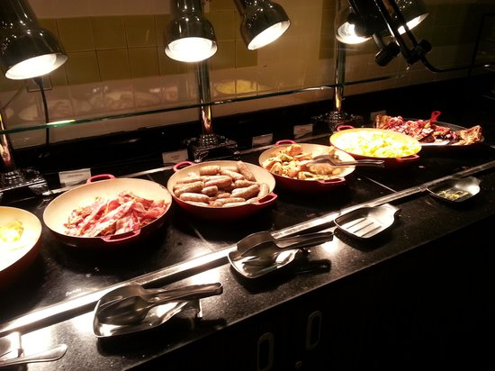 Falls Church Marriott Fairview Park: hot bar section, breakfast buffet