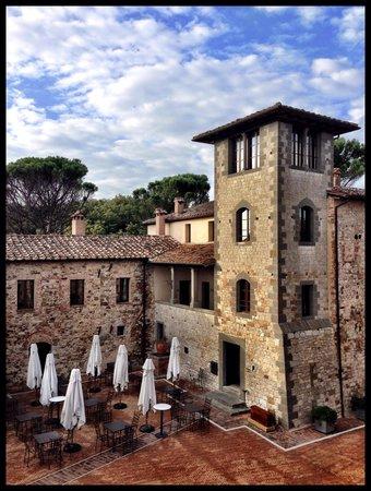 Castel Monastero: vista dalla camera sul borgo e il ristorante di Ramsay