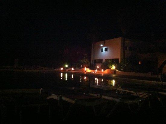 Club Cala Azul: la piscina e lo spettacolo del fuoco dell'animazione....