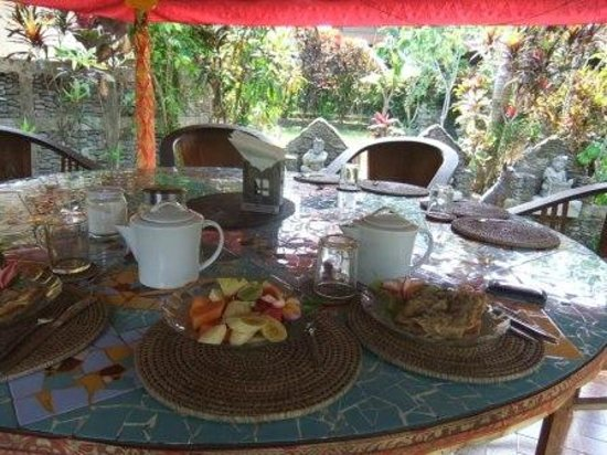 Guci Guesthouses: Breakfast in the pagoda