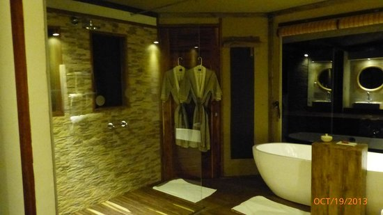 Lemala Kuria Hills Lodge: Our luxurious bathroom