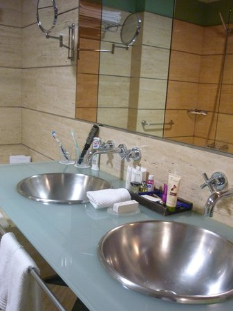 BAH Barcelona Airport Hotel : Salle de bain ultra moderne