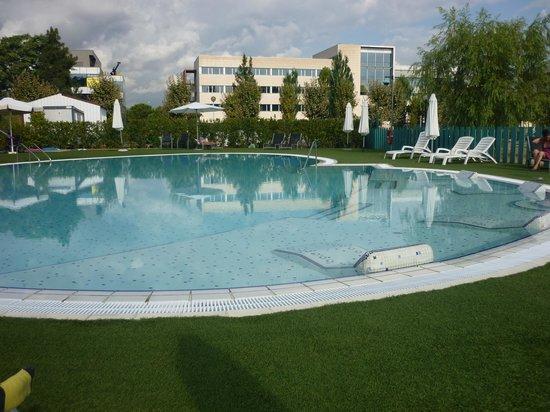 BAH Barcelona Airport Hotel: Piscine de l'hôtel avec jacuzzis...