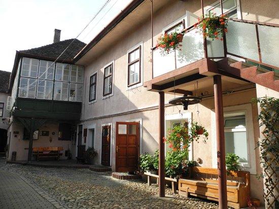 Casa Baciu: partial view of the yard / parking space