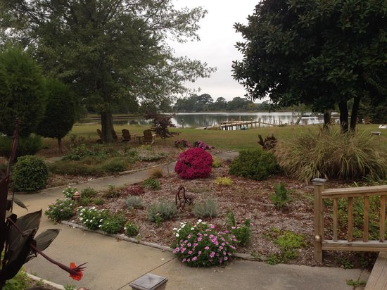 The Inn at Tabbs Creek Waterfront B&B : View looking toward the dock