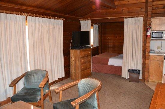 Jasper House Bungalows : séjour plus chambre 2