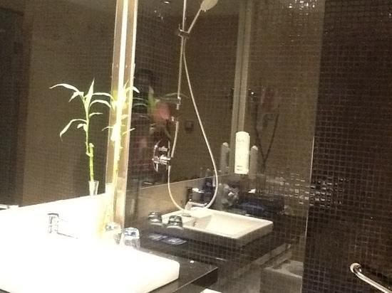 Tryp Cadiz la Caleta Hotel: Black tiled bathroom