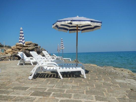 Fattoria Il Borghetto: Der betonierte Abschnitt des Strandes mit bereitgestellten Sonnenliegen.