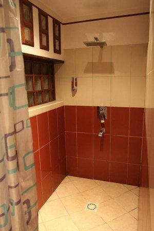 Andasibe Hotel: bathroom