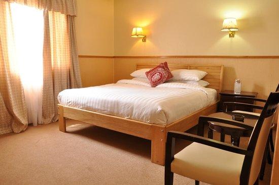 Shangri-La Hotel Uganda Ltd.: hotel room