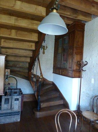 Le Clos de la Chesneraie : Escalier menant aux 2 chambres d'hôtes du 1er étage