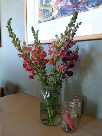 The Wild Plum: Petit bouquet de fleurs et crayons de couleurs