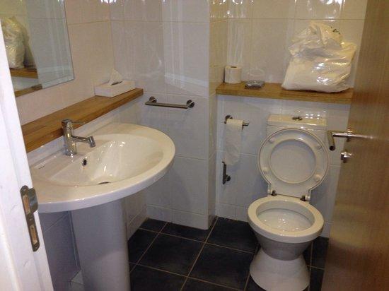 The Connacht Hotel: Bathroom