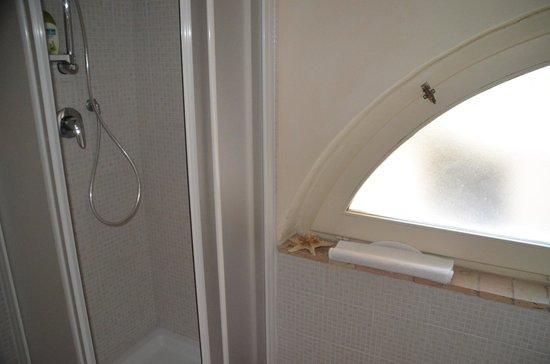 La Dolce Vita B & B : Das Badezimmerfenster musste leider verriegelt bleiben.