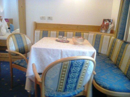 Hotel Ritterhof: Angolo relax con panca e tavolino