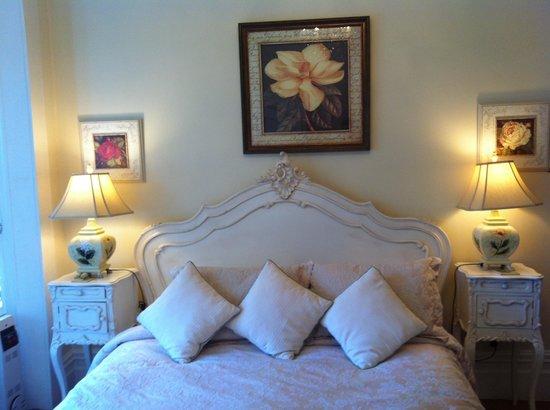 Peace and Plenty Inn: The bed!