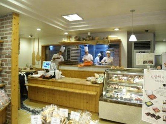 Ops Bakery Haeundae: The baking area