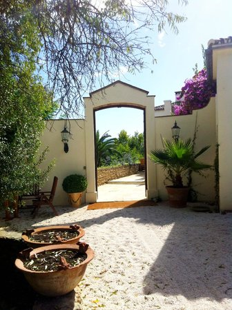 Hotel La Fuente De La Higuera: The gate to beautiful hotel