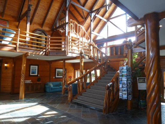 Knysna Log-Inn Hotel: rustic log lobby