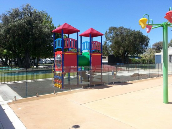 BIG4 Beachlands Holiday Park: Play ground and wet area