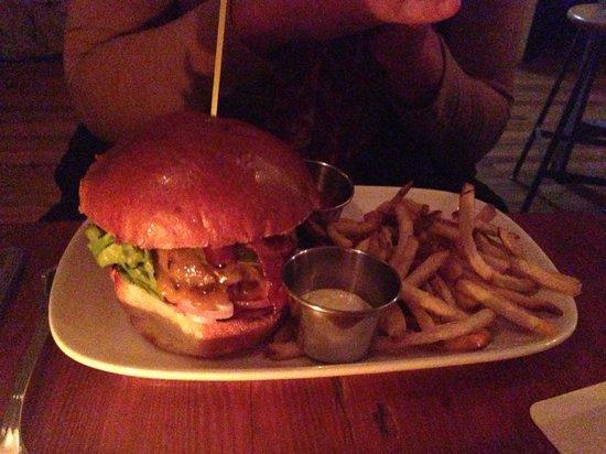 Farmhouse Tavern Restaurant : Cheeseburger and Fried