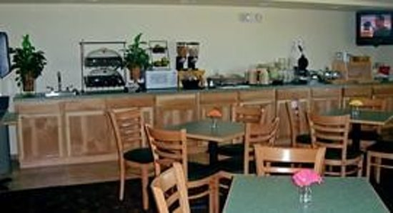 AmericInn Lodge & Suites Belle Fourche: Great Breakfast Room with lots of variety