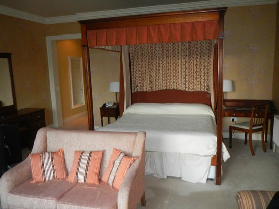 Ballynahinch Castle Hotel : King size bed