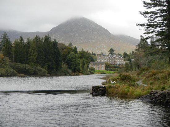 Ballynahinch Castle Hotel: View of Ballynahinch from the River Trail