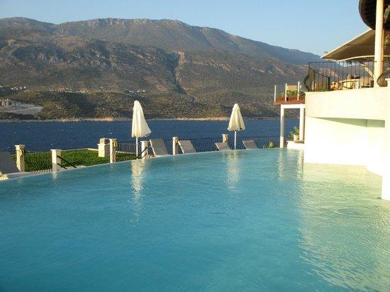 Deniz Feneri Lighthouse: The pool and restaurant