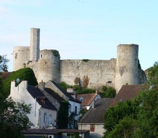 Billy, France: le chateau vu de l'étang