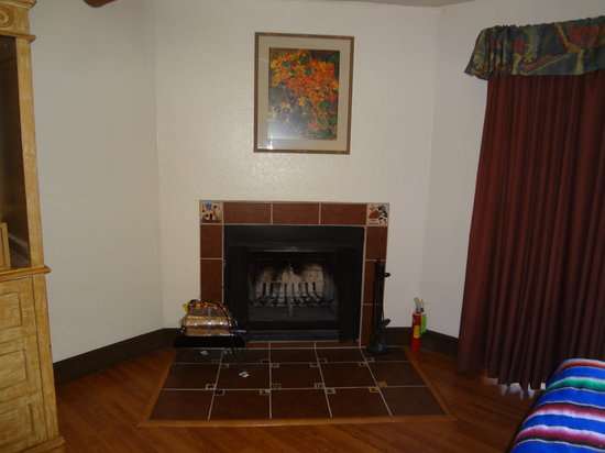 El Pueblo Lodge: Lovely Fireplace with Logs Furnished